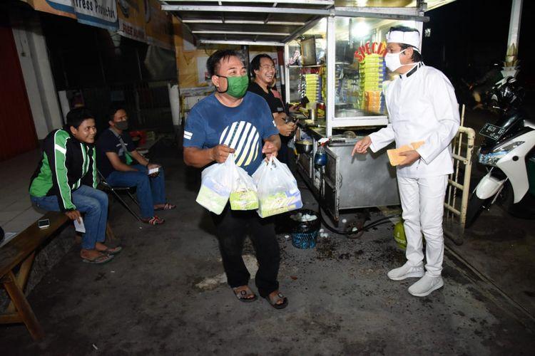 Dedi Mulyadi saat membelikan martabak pesanan warga positif corona yang diisolasi di sebuah bale di Purwakarta, Kamis (28/5/2020).
