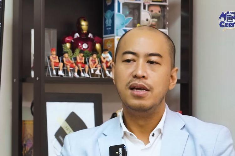 Pandji Pragiwaksono menjelaskan makna pelawak kepada Miing Bagito