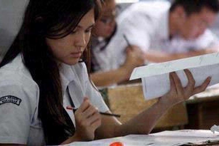 Siswa mengikuti ujian nasional SMA/SMK sederajat di SMA Negeri 1 Makassar, Sulawesi Selatan, Kamis (18/4/2013). Ujian hari pertama yang diikuti 119.958 siswa se-Sulsel itu masih diwarnai sejumlah persoalan, seperti sekolah kekurangan naskah soal dan adanya pertanyaan ganda dalam mata pelajaran kejuruan bagi siswa SMK.