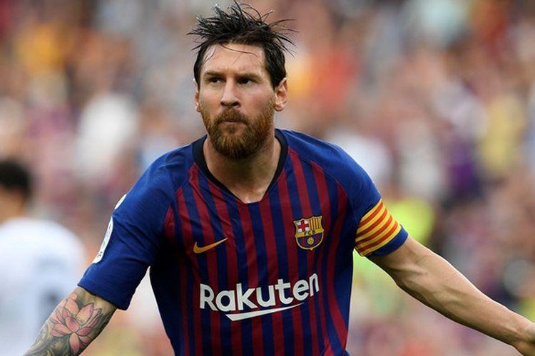 Megabintang FC Barcelona, Lionel Messi, merayakan gol yang dicetak ke gawang SD Huesca dalam laga Liga Spanyol di Stadion Camp Nou, Barcelona pada 2 September 2018.