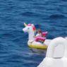 Anak Berusia 4 Tahun Duduk di Atas Perahu Karet Unicorn Tersapu Ombak ke Tengah Laut Lepas