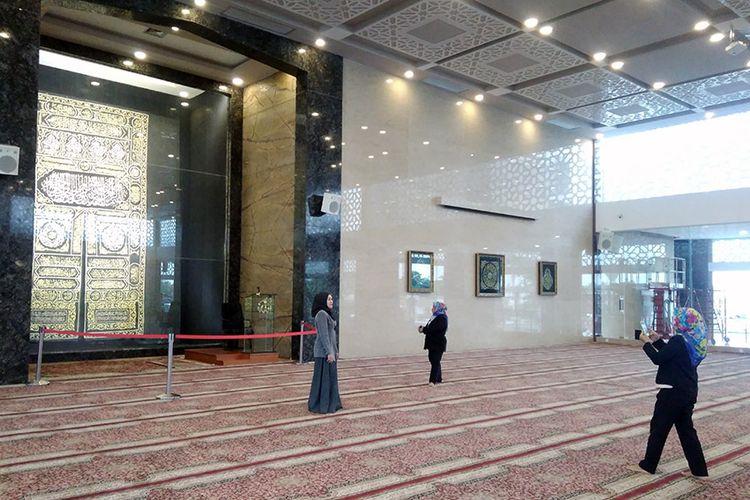 Kiswah Kabah di tempat imam, yang menjadi salah satu favorit pengunjung Masjid Namira untuk berswafoto.
