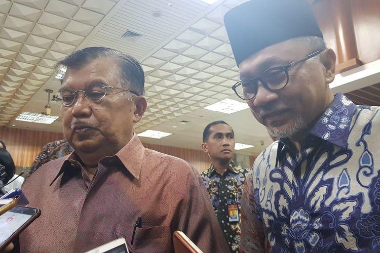Wakil Presiden Jusuf Kalla dan Ketua MPR Zulkifli Hasan usai menghadiri Peringatan Hari Konstitusi di Gedung DPR/MPR, Minggu (18/8/2019).