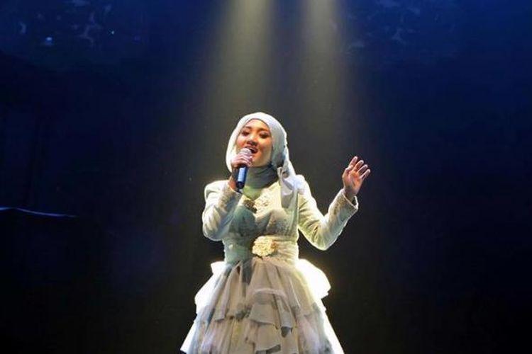 Finalis tiga besar X Factor Indonesia Fatin Shidqia Lubis tampil menjadi penyanyi pembuka pada konser vokalis wanita asal Australia, Lenka, yang bertajuk Lenka Live in Concert, di Skenoo Exhibition, Gandaria City, Jakarta Selatan, Sabtu (4/5/2013) malam.