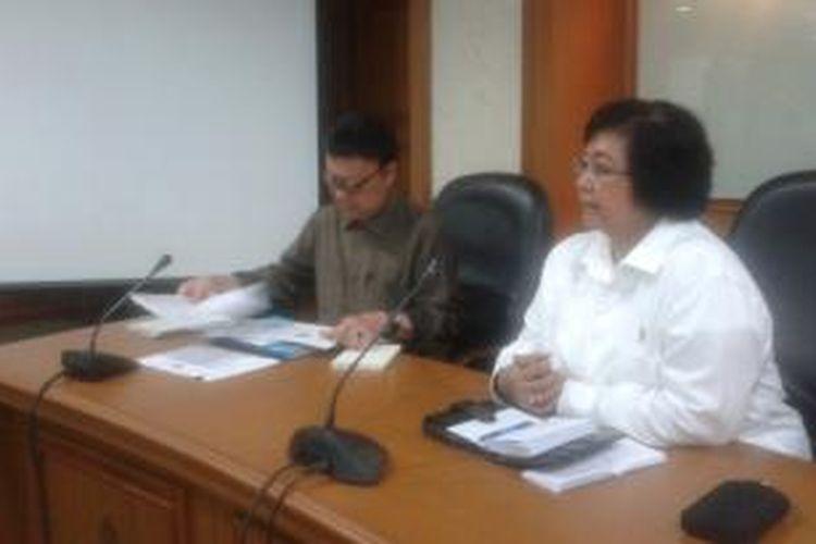 Menteri Dalam Negeri Tjahjo Kumolo dan Menteri Kehutanan dan Lingkungan Hidup Siti Nurbaya, menggelar rapat koordinasi, di Gedung Manggala Wanabhakti, Jakarta, Rabu (12/11/2014).