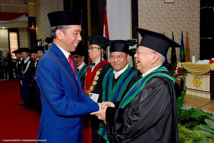 Presiden Joko Widodo memberikan ucapan selamat kepada K.H Maruf Amin yang baru saja dianugerahi gelar Guru Besar bidang Ilmu Ekonomi Muamalat Syariah oleh UIN Maulana Malik Ibrahim.
