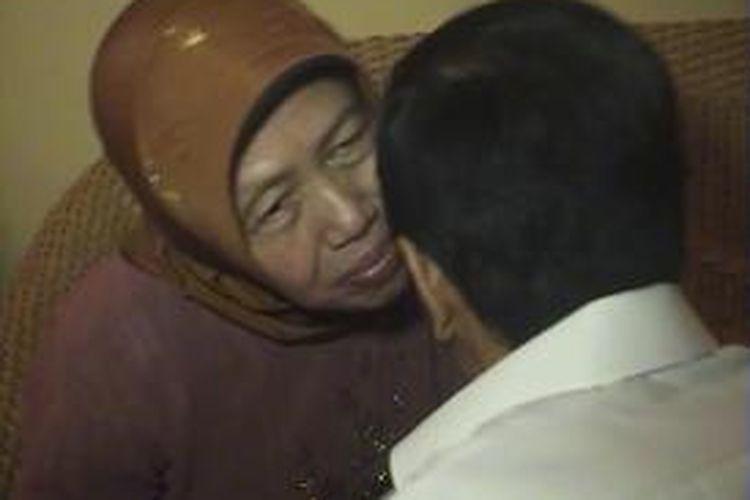 Jokowi sungkem dengan ibunya di Solo, Jumat (9/8/2013).