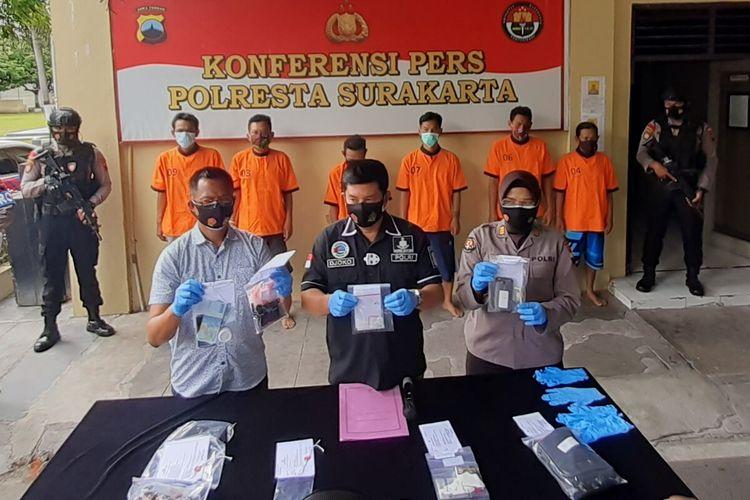 Kepala Satuan Reserse Narkoba Polresta Solo, Kompol Djoko Satriyo Utomo memberikan keterengan pers dalam ungkap kasus penyalahgunaan narkoba di Mapolresta Solo, Jawa Tengah, Selasa (19/1/2021).