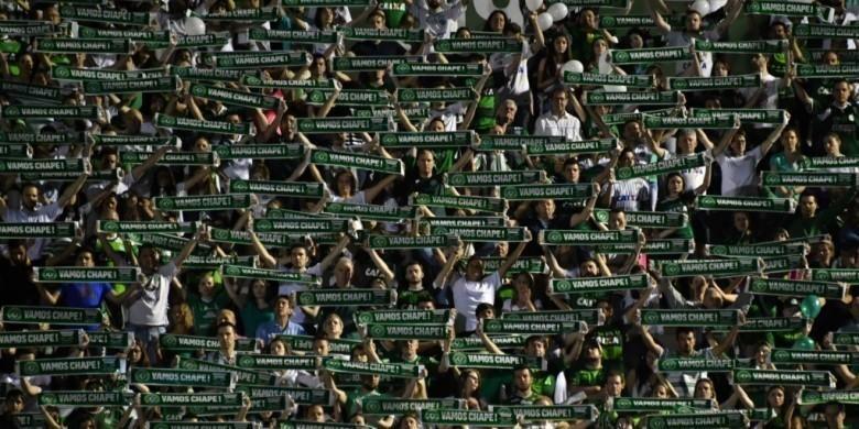 Ribuan suporter mengenang tragedi kecelakaan pesawat yang merenggut nyawa mayoritas pemain Chapecoense. Aksi respek ini dilakukan di markas klub, Arena Conda, Chapeco, Brasil, 30 November 2016.