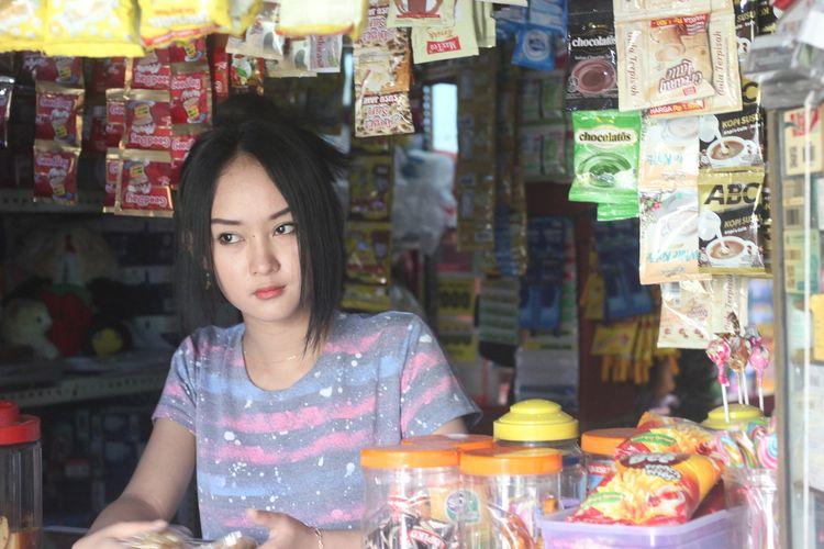 Intan Rose (23) yang wajahnya dianggap mirip selebgram Anya Geraldine sedang menunggui warungnya di Cianjur, Jawa Barat.