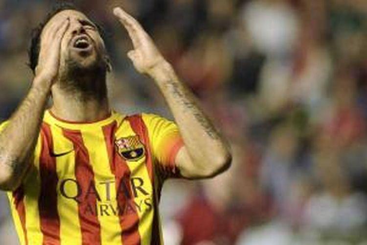 Reaksi gelandang Barcelona Cesc Fabregas setelah gagal mencetak gol ke gawang Osasuna dalam duel La Liga di Reyno de Navarra di Pamplona, Sabtu (19/10/2013). Barcelona bermain imbang 0-0.