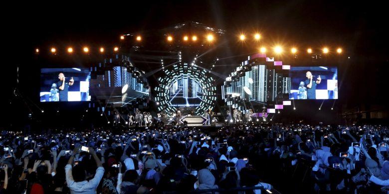 Suasana kemeriahan acara setahun hitung mundur (countdown) Asian Games 2018 di Monumen Nasional (Monas), Jakarta, Jumat (18/8/2017). Ribuan penonton antusias menyaksikan acara yang dibuka oleh Presiden Republik Indonesia, Joko Widodo