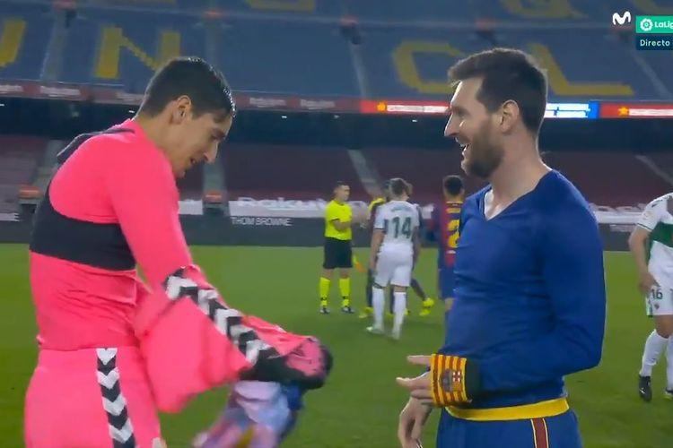 Kejadian unik melibatkan Lionel Messi dan kiper Elche, Edgar Badia, mewarnai kemenangan 3-0 Barcelona atas Elche pada laga lanjutan Liga Spanyol, Kamis (25/2/2021) dini hari WIB.