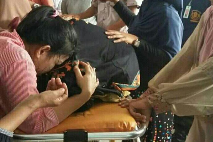 Suasana duka di RSUD Kolaka. Ketua DPRD Kolaka Utara Musakir Sarira dinyatakan meninggal setelah sempat dirawat karena luka tusuk di perutnya.
