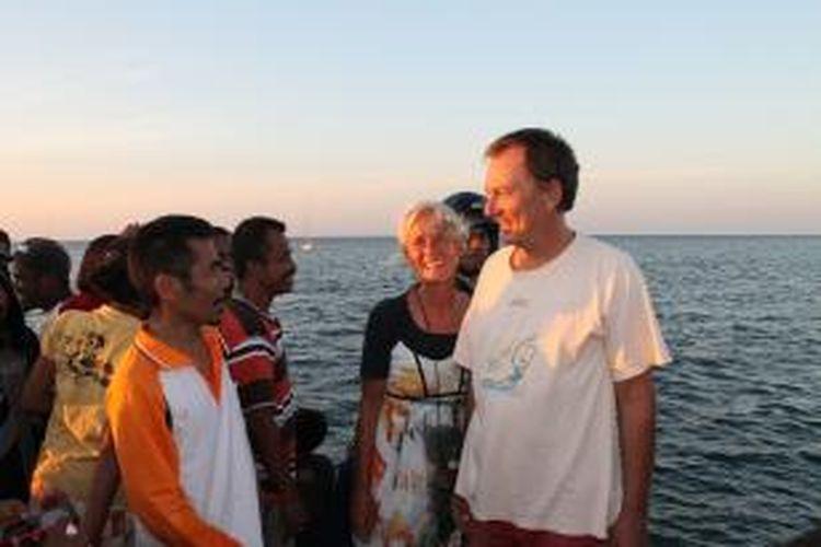 Dua orang turis asal Jerman yang menjadi peserta Sail Komodo, menjadi peserta pertama yang menginjakkan kaki di Pelabuhan Laut Wini, Kecamatan Insana Utara, Kabupaten Timor Tengah Utara (TTU), NTT, Senin (6/8/2013).