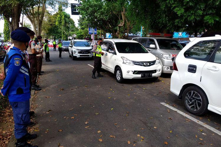 Petugas memeriksa kendaraan yang melintasi pos penyekatan di perbatasan wilayah Kabupaten Blitar dan Malang di kawasan Bendungan Ir Soetami, Karangkates, Kecamatan Sumberpucung, Kabupaten Malang, Minggu (16/5/2021)