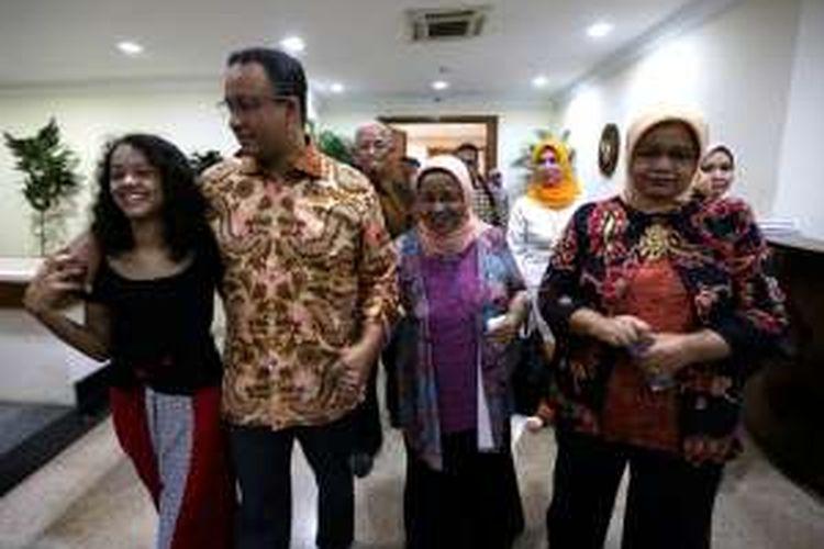 Anies Baswedan keluar dari kantorya di Kementerian Pendidikan dan Kebudayaan didampingi keluarga, Rabu (27/7/2017) pasca Presiden Jokowi mengumumkan Anies dicopot dari jabatan Menteri Pendidikan dan Kebudayaan.