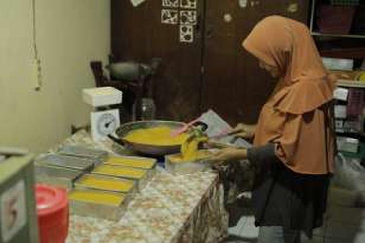 Adonan jenang jagung selesai dimasak dan proses pendinginan. Kompas.com mengintip proses pembuatan jenang jagung Surabaya di Kampung Kue, Rungkut Lor, Kota Surabaya, Jawa Timur, Senin (22/8/2016)