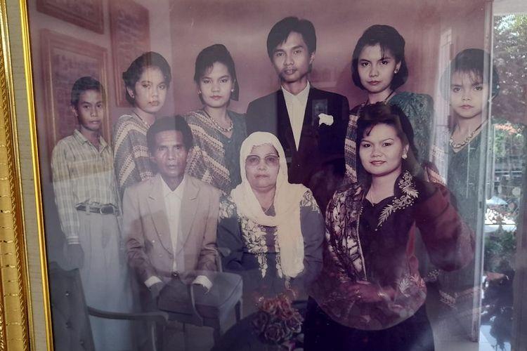 Ayah, ibu, Elita Gafar (kanan bawah) bersama enam adiknya.