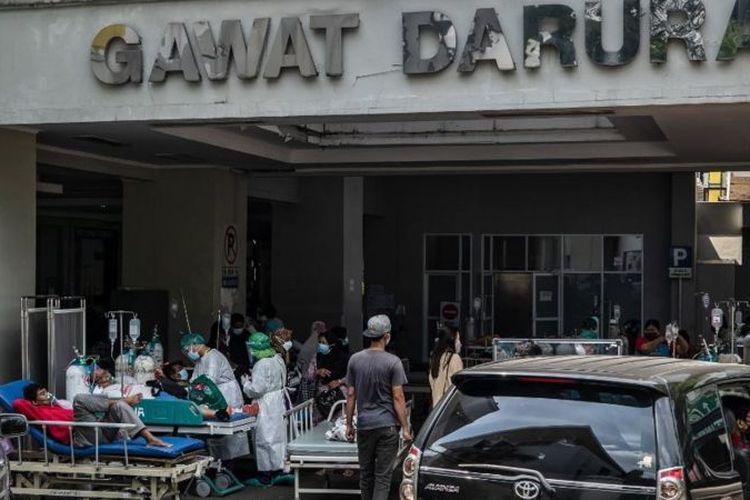 Pasien mendapat perawatan di luar ruang gawat darurat akibat banyaknya pasien Covid-19 di sebuah rumah sakit di Semarang, Jawa Tengah, Indonesia (02/07).