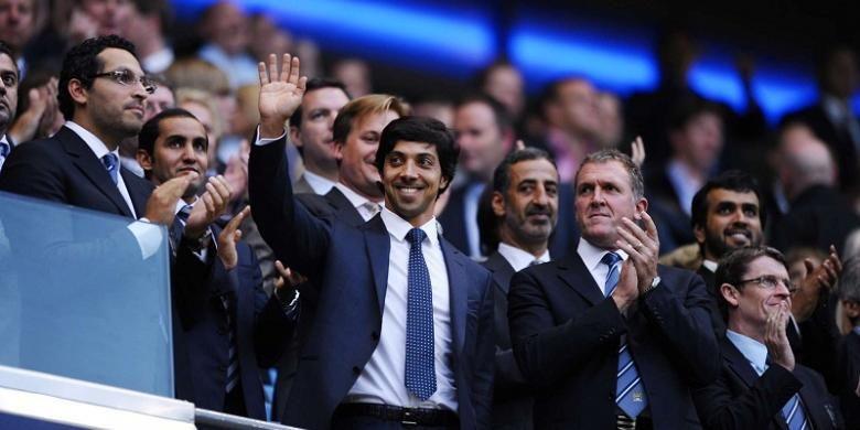 Pemilik City Football Group, Sheikh Mansour bin Zayed Al Nahyan, melambaikan tangannya saat berada di Stadion Etihad.