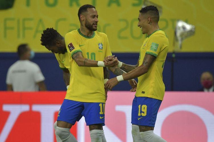 Neymar dan Raphinha merayakan gol dalam pertandingan Brasil vs Uruguay pada lanjutan Kualifikasi Piala Dunia 2022 Zona Conmebol di Amazon Arena, Jumat (15/10/2021) pagi WIB.