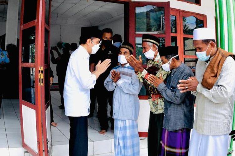 Presiden Jokowi usai menunaikan Salat Jumat di Desa Amakaka, Kecamatan Ile Ape, Lembata, NTT, Jumat