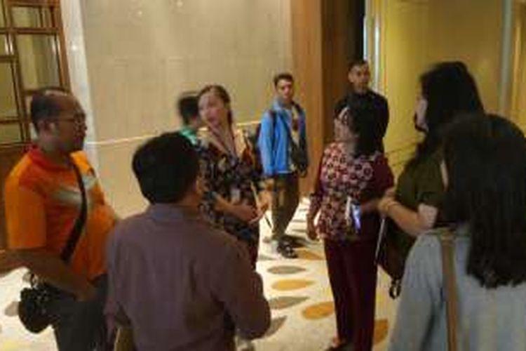 Dinas Kesehatan, Kementerian Kesehatan, dan Polisi menggerebek sebuah kegiatan yang diduga praktik konsultasi dokter asing dengan pasien Indonesia di hotel mewah di Jakarta Pusat, Sabtu (9/3/2016).