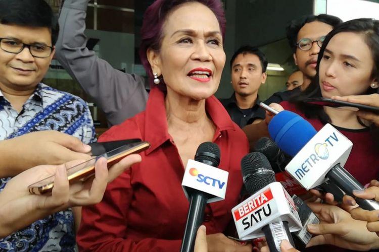 Komisi Pemberantasan Korupsi (KPK) telah memanggil mantan Deputi Gubernur Senior Bank Indonesia (BI) Miranda S Goeltom, Selasa (13/11/2018). Miranda sendiri telah datang ke Gedung Merah Putih KPK sejak pukul 09.30 WIB tadi. Ia pun tampak keluar sekitar pukul 11.10 WIB.