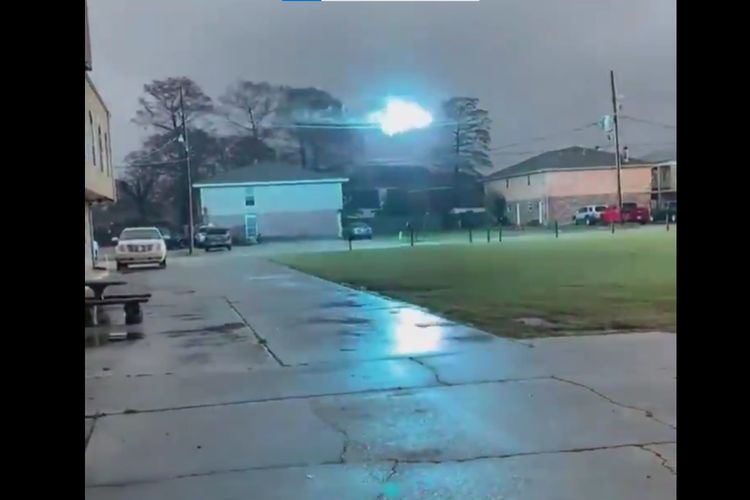 Tangkapan layar dari video viral bola api menjalar di kabel listrik Louisiana, Amerika Serikat, pada Senin (15/2/2021).