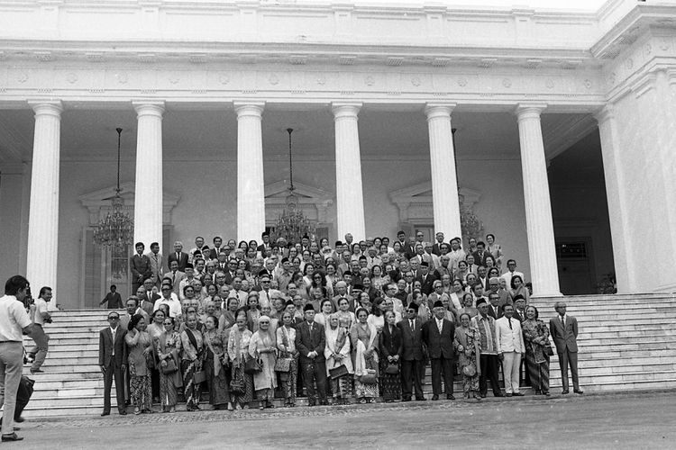 Presiden dan Ny Tien Soeharto beserta Gubernur DKI Jakarta dan Ny Nani Sadikin (di tengah-tengah barisan tengah) berfoto bersama150 orang eks siswa Stovia dan Rechts School, di Istana Merdeka, Rabu, 23 Mei 1973.  Kompas/Pat Hendranto