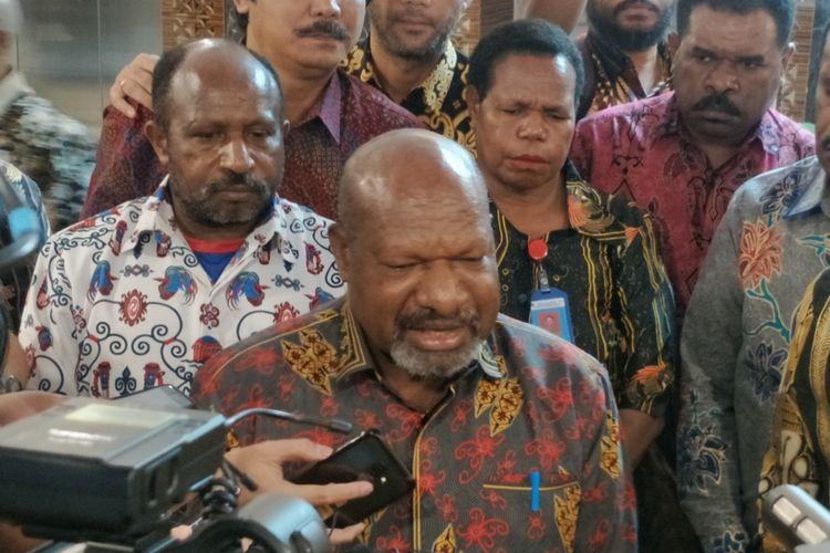 Bupati Nduga Yairus Gwijangge saat bertemu Ketua DPR Bambang Soesatyo di Kompleks Parlemen, Senayan, Jakarta, Senin (5/8/2019).