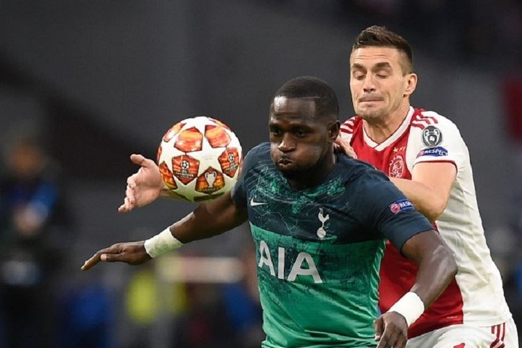 Moussa Sissoko menghalang-halangi Dusan Tadic pada pertandingan Ajax Amsterdam vs Tottenham Hotspur di Johan Cruijff Arena, 8 Mei 2019.