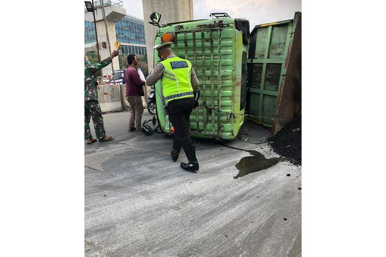 Truk bermuatan batu bara bernomor polisi B 9857 UYU terguling di Jalan Bekasi Raya, Cakung, Jakarta Timur, Jumat (19/6/2020).