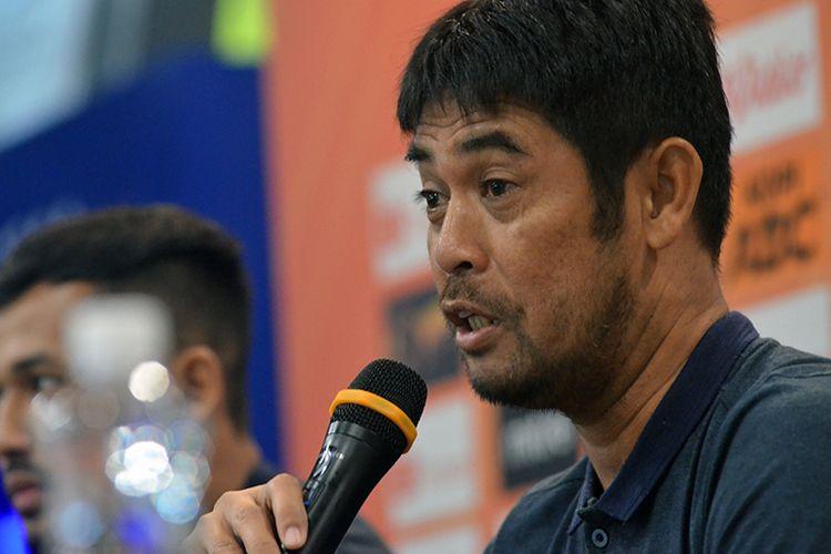 Pelatih Persela Lamongan, Nil Maizar, dalam konferensi pers jelang laga melawan Persib Bandung di Graha Persib, Kota Bandung, Senin (2/12/2019).