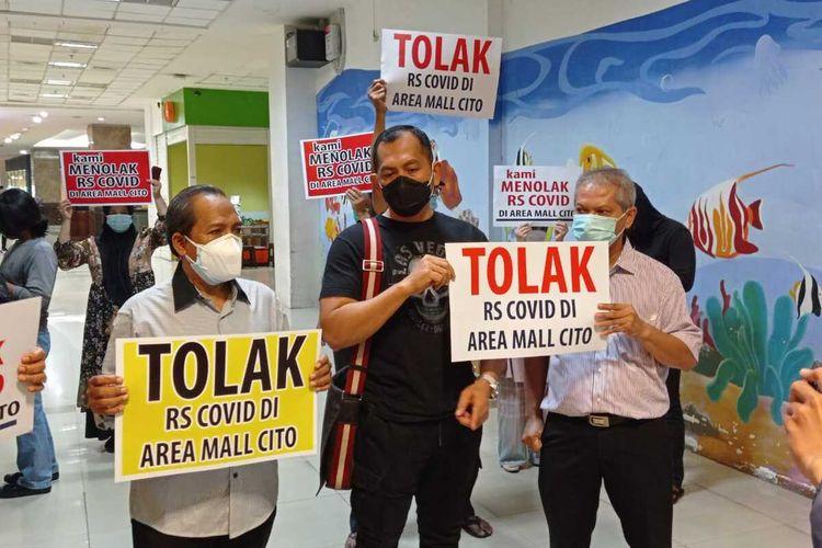 Perkumpulan Penghuni Pemilik Pedagang Mal Cito Surabaya protes tentang rencana operasional RS Darurat Covid-19, Rabu (3/2/2021).