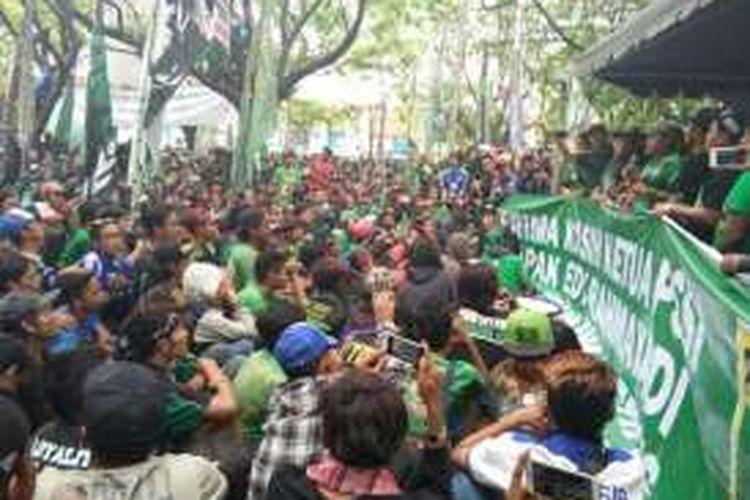 Ribuan Bonek saat bersuka cita menyusul kembali pulihnya status Persebaya Surabaya,  di Gor Pajajaran,  Bandung, (8/1/2017). KOMPAS.com/DENDI RAMDHANI