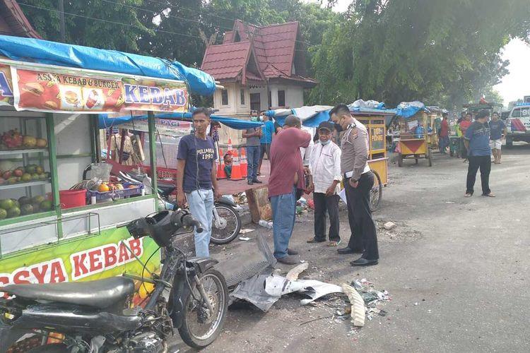 Petugas Satlantas Polresta Pekanbaru melakukan olah TKP pada kasus mobil yang dikemudikan seorang dokter menabrak pedagang kaki di Jalan Hangtuah, Kota Pekanbaru, Riau, Jumat (21/5/2021).