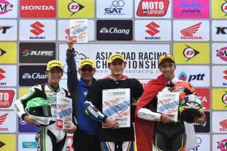 Pebalap Indonesia, Imanuel Putra Pratna (kanan), berpose di atas podium Sirkuit Chang, Buriram, Thailand, setelah finis di urutan ketiga pada balapan kedua Asia Production 250cc seri keenam Asia Road Racing Championship (ARRC) 2016, Minggu (4/12/2016).