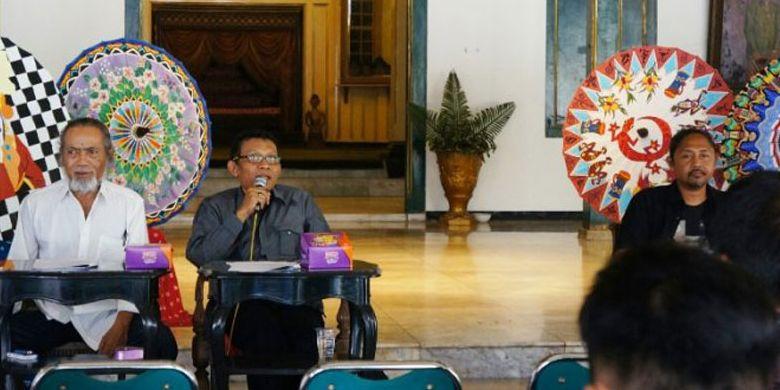 Suasana jumpa pers Festival Payung Indonesia 2017 di Prangwedanan, Pura Mangkunegaran, Solo, Jumat (8/9/2017).