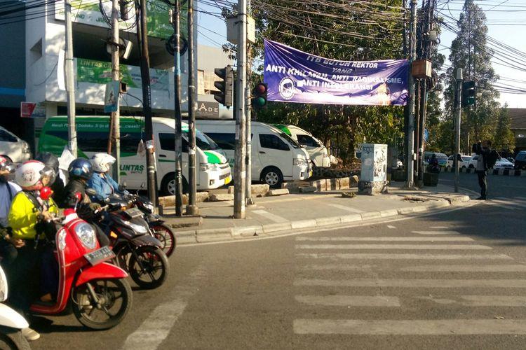 Tampak spanduk berruliskan ITB butuh Rektor Anti Khilafah, Anti Radikalisme, Anti intoleransi yang dipasang di dua lokasi berbeda di Kota Bandung, mewanai Pemilihan Calon Rektor ITB.