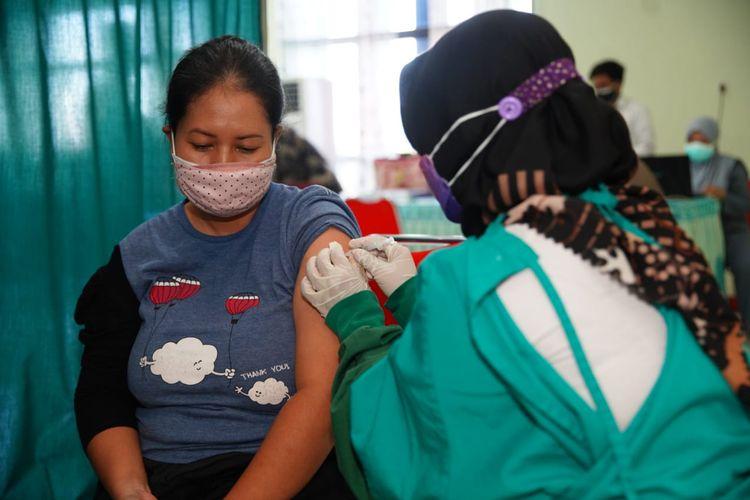 DIVAKSIN—Salah satu ibu hamil di Kota Madiun mendapatkan vaksinasi covid-19 jenis sinovac di RSUD Sogaten, Kota Madiun, Jawa Timur, Rabu (25/8/2021).