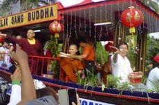 Rayakan Waisak, Umat Buddha Gelar Kirab dari Candi Mendut ke Candi Borobudur