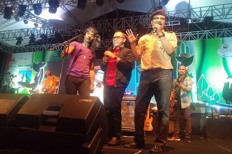 Grup band Slank menggelar konser bertajuk Peduli Lingkungan di Jawa Timur pada Sabtu (23/12/2017). Wakil Gubernur Jawa Timur Saifullah Yusuf dan Bupati Banyuwangi Abdullah Azwar Anas hadir dalam konser tersebut.