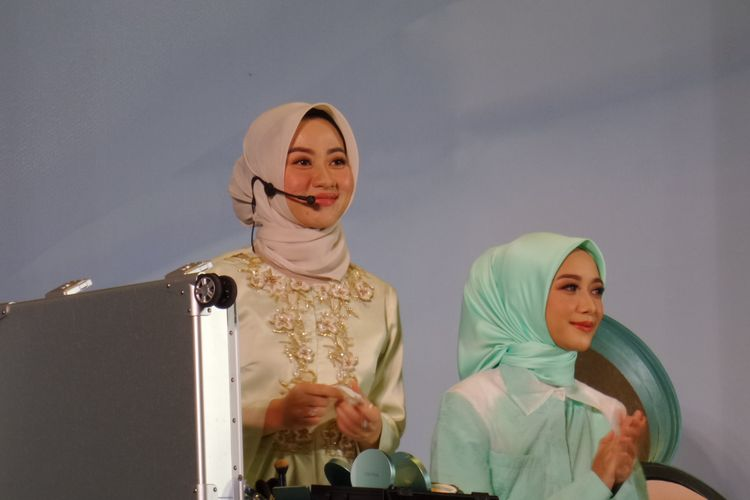Makeup Artist Alyssa Hawadi ketika mendemonstrasikan Makeup Look Glow dalam acara peluncuran Wardah New Exclusive Series di kawasan Kebayoran Baru, Jakarta Selatan, Selasa (13/8/2019).