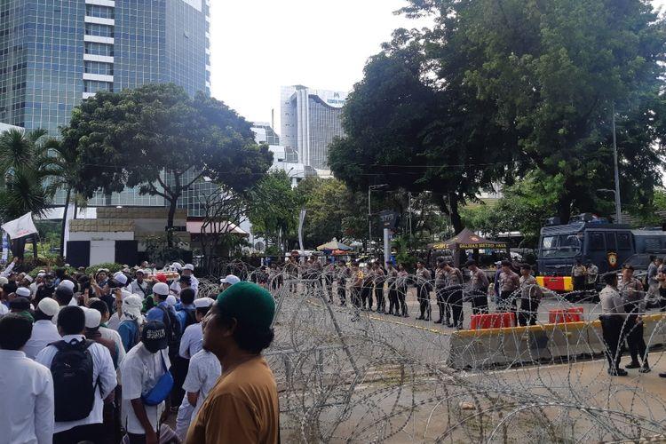 Barier kawat besi yang membatasi pengunjuk rasa dengan aparat di jalan Medan Merdeka Barat, Jakarta Pusat, Jumat (21/2/2020)