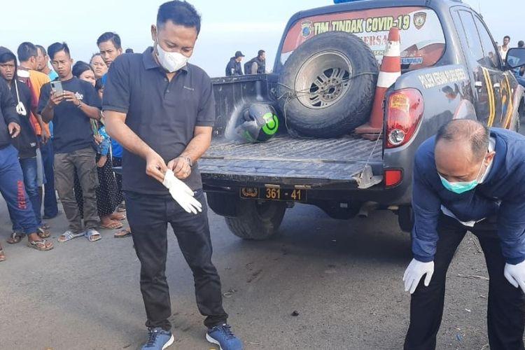 Petugas dari Polsek Kersana melihat kondisi penemuan mayat tanpa identitas yang ditemukan di flyover Desa Kramatsampang, Kecamatan Kersana, Kabupaten Brebes, Jawa Tengah, Rabu (9/6/2021).