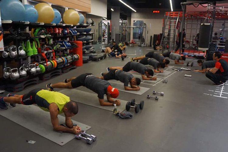 Gerakan plank jack saat sesi workout di Fitness First Indonesia Senayan City