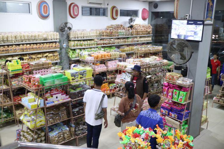 Berburu aneka oleh-oleh khas Cirebon di Toko Daud. Wisatawan mencari ragam panganan khas seperti petis, olehan udang, hingga sirup tjampolay, Selasa (5/9/2017).