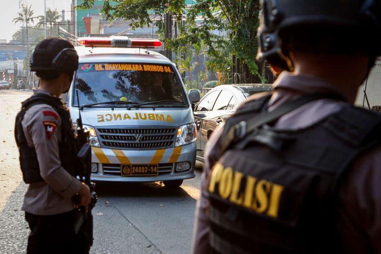 Mobil ambulance melintas pasca kerusuhan di Mako Brimob, Depok, Jawa Barat, Rabu (9/5/2018). Kerusuhan terjadi di dalam rutan yang ada di lokasi tersebut pada Selasa (8/5/2018) malam.